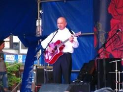 Алексей Саранчук священник с гитарой