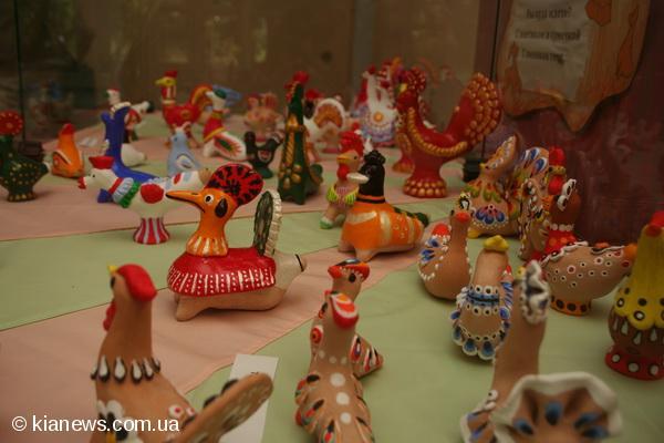 В селах Поднепровья, где изготовляли из дерева. игрушки. . Народные керами